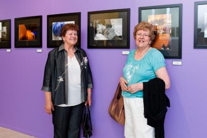 Mes deux tantes aux côtés de la photo de leur soeur, ma mère décédée